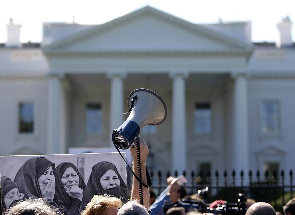 6) Антивоенный митинг перед Белым домом в Вашингтоне, округ Колумбия. Администрация президента США Барака Обамы столкнулась с растущим недовольством из-за войны в Афганистане. (Kevin Lamarque/Reuters)