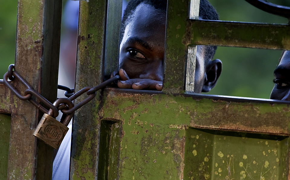 8) Житель Гаити в ожидании перехода границы с Доминиканской Республикой. Около 1 миллиона человек гаитянского происхождения живут в Доминиканской Республике. (Ramon Espinosa/Associated Press)