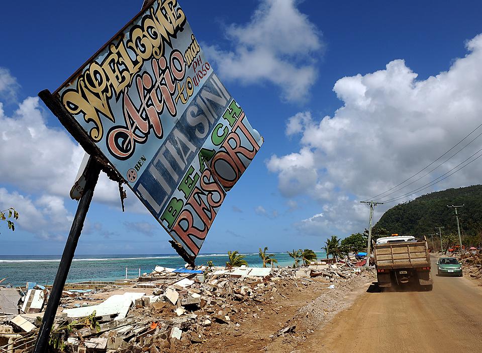 13) Заваленный обломками и мусором берег в деревни Лаломану на Самоа разрушенной цунами на прошлой неделе. Число погибших от стихии составило 178 человек - 137 на Самоа, 32 на Американском Самоа и девять в соседней Тонга. (Torsten Blackwood/Agence France-Presse/Getty Images)
