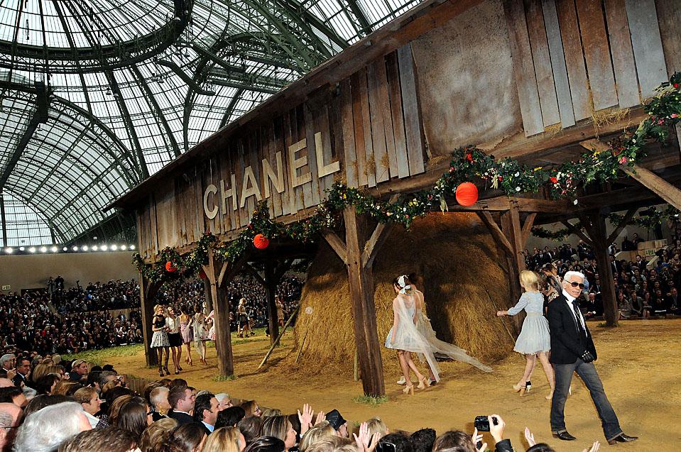 14) Художник-модельер Карл Лагерфельд, справа, и модели идут по подиуму на модном показе Chanel, который прошел в рамках Парижской Недели женской моды. (Pascal Le Segretain/Getty Images)