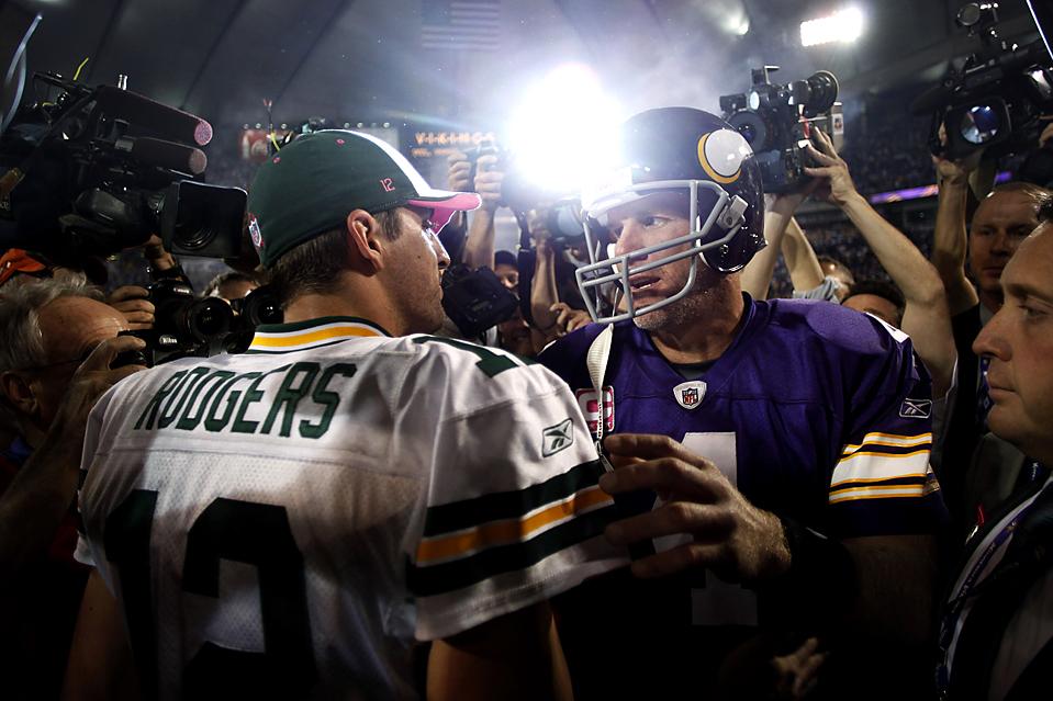16) Квотербек команды «Minnesota Vikings» Бретт Фавр, в лиловой форме, и квотербек «Green Bay Packers» Аарон Роджерс встретились после игры, которую «Packers» со счетом 30-23 в Миннеаполисе. (Morry Gash/Associated Press)