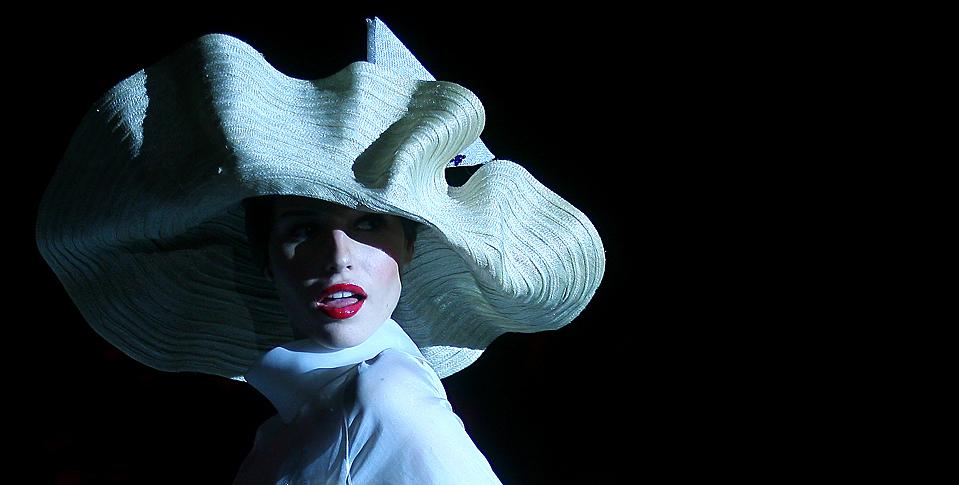13) Модель демонстрирует наряд от Pablo y Mayaya во время модного показа в испанском городе Бургос. (I. Lopez/Associated Press)