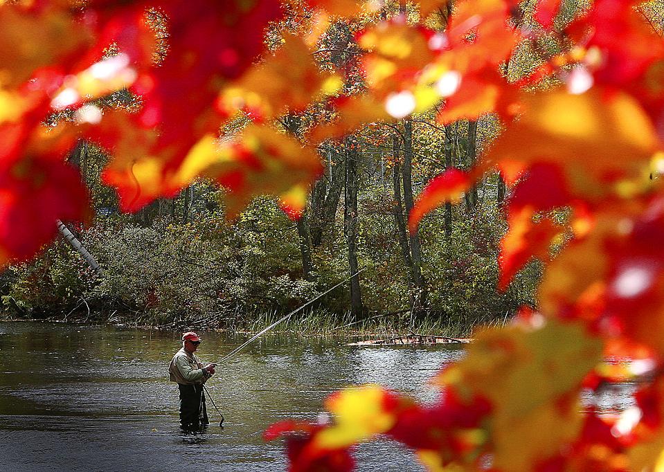 14) 71-летний Лин Уолтерс ловит рыбу на реке Мерримитинг в городе Алтон, Нью-Гемпшир. (Jim Cole/Associated Press