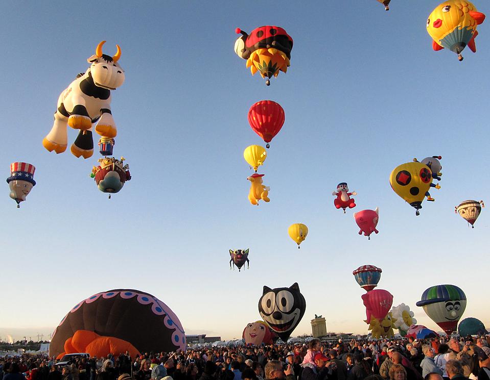 11) Воздушные шары в небе во время фестиваля «Albuquerque International Balloon Fiesta» в Альбукерке. (Susan Montoya Bryan/Associated Press)