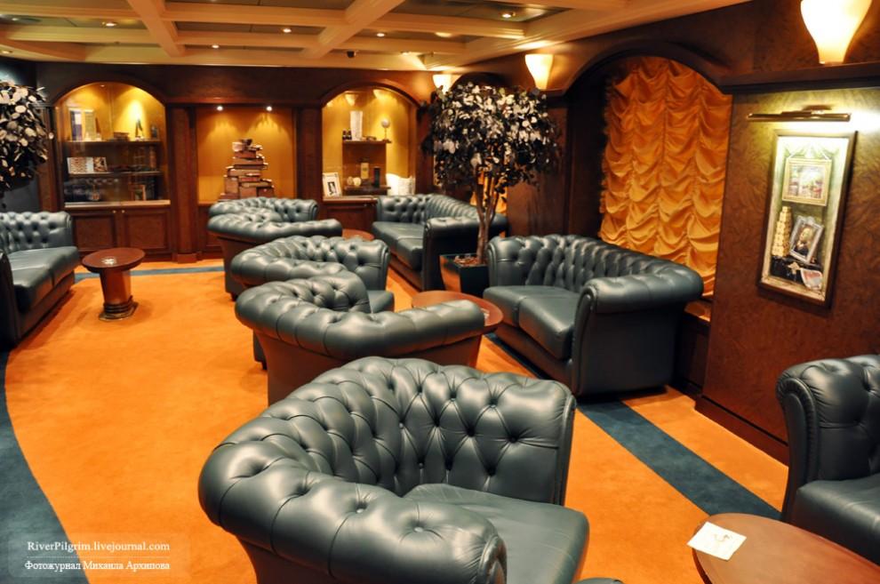 10) Сигарная комната, но для курения не только сигар. Изолированная от внешнего мира как декомпрессионная камера.