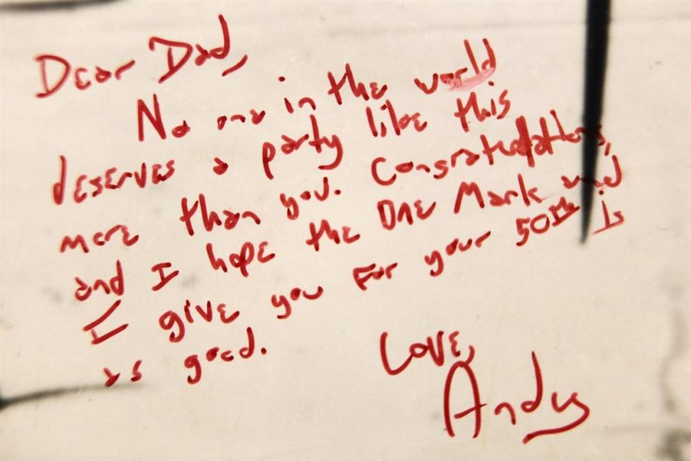 10.Часть постера, который был подписан друзьями и родными, оставшийся в доме Мэдоффа.