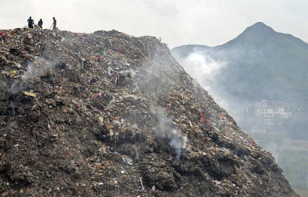 10. Рабочие свалки на вершине мусорной горы в Гуйян, юго-запад Китая. Некоторую часть мусора в Китае, наконец, начали сжигать, но исследование, проведенное китайским правительством, выяснило, что мусоросжигательные печи выделяют в 10 раз больше диоксинов, являющихся причиной рака и прочих заболеваний, чем в тех же Соединенных Штатах. (AP)
