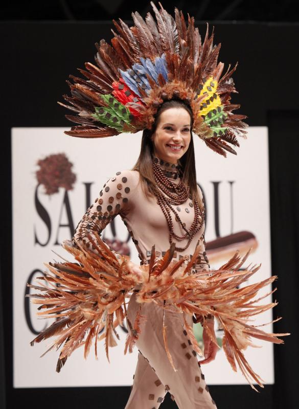 10. Актриса Кэролл Брана в шоколадном наряде на открытии 15-ого ежегодного события «Salon du Chocolat de Paris» в Париже 13 октября 2009 года. (UPI Photo/David Silpa)