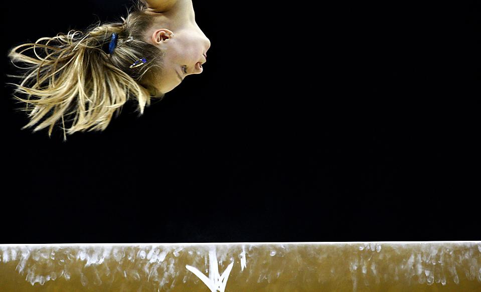 1. Гимнастка тренируется на бревне во время подготовки к Чемпионату мира по гимнастике в Лондоне, который начался во вторник. (Jerry Lampen/Reuters)