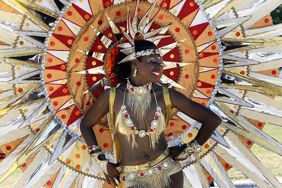 2. Гайель Феликс – танцовщица труппы «Веселое поколение» - демонстрирует свой костюм на параде Майями-Бровард, олицетворяющем карибскую культуру, в Майями. (Wilfredo Lee/Associated Press)