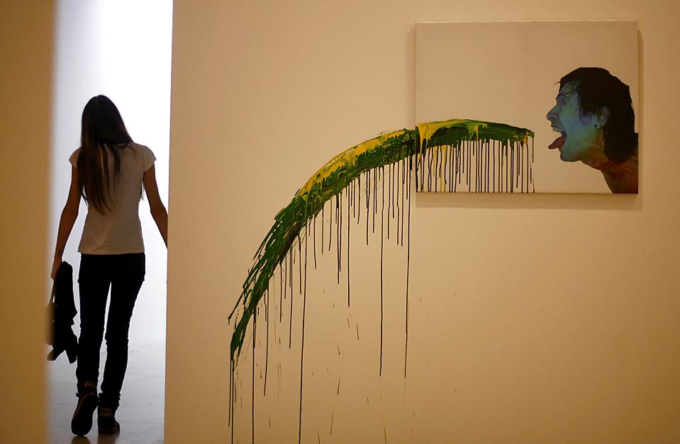 10. Посетительница проходит мимо экспоната на выставке в Белграде, Сербия, в воскресенье. Выставка, впервые открывшаяся в 1960 году, продвигала только сербских художников, пока не стала международным событием. (Djordje Kojadinovic/Reuters)