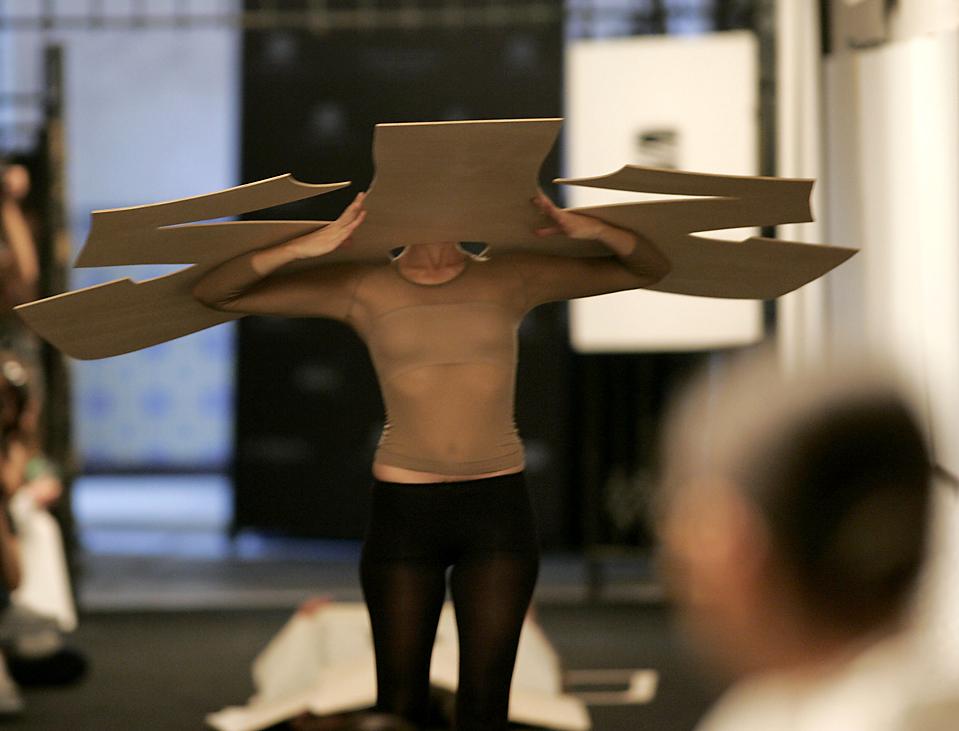 15. Модель готовится представить творение португальского дизайнера Лары Торрес на Лиссабонской Неделе Моды в Кашкайше, Португалия, в воскресенье. (Hugo Correia/Reuters )