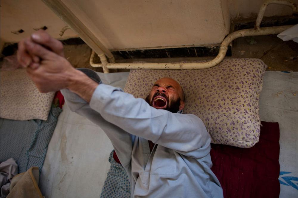 10) 17 лет употреблявший наркотики, героинщик Ганамгул мучается от ломок  на второй день программы детоксикации в центре реабилитации наркоманов в Кабуле 28 сентября. (Paula Bronstein/Getty Images)