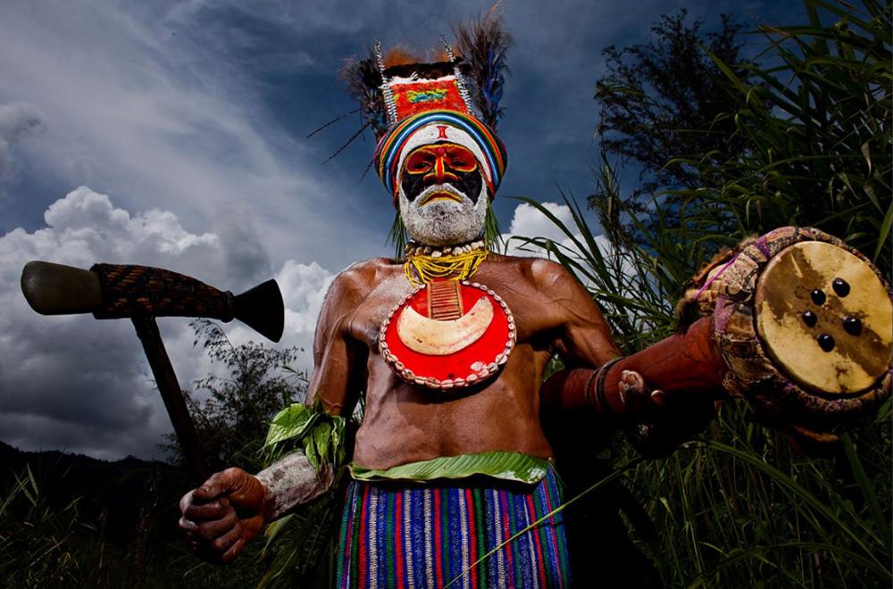 10. Старейшина деревни в традиционном церемониальном костюме в Маунт Хаген 16 декабря 2008 года. (Brent Stirton/Getty Images)