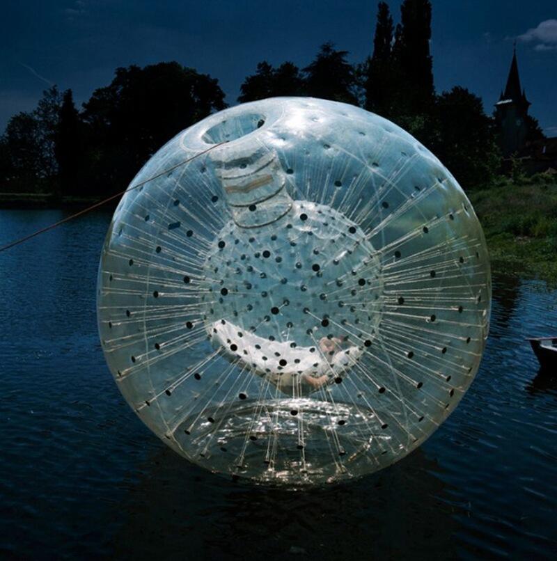 24) Жиль Эберсоль, архитектор, живет во французском регионе Лимузен. 'Ballule', был изобретен для спуска по крутым склонам. Но, кроме того, этот полупрозрачный шар может служить кроватью на воде.