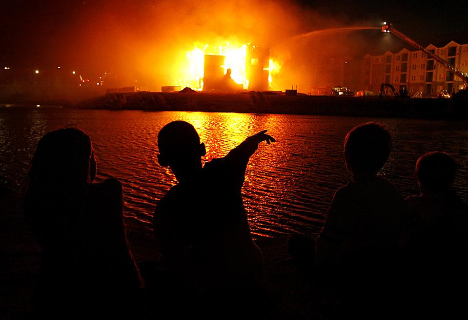 1) Дети наблюдают за тем, как пожарные гасят пожар в четырехэтажном жилом здании в Эдмонде, штат Оклахома. (Chris Landsberger/The Oklahoman via Associated Press)