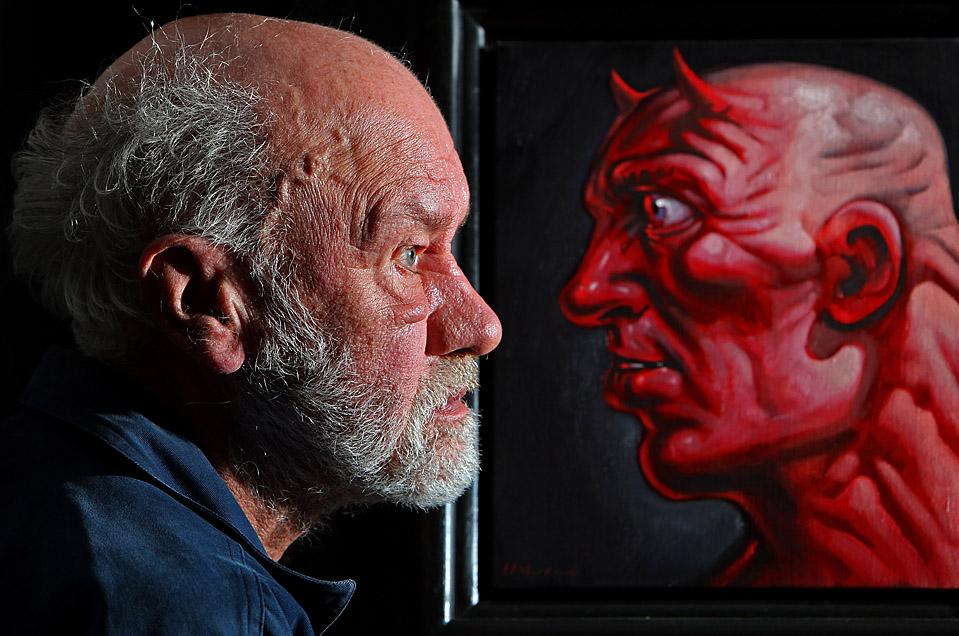 """7) Дэвид Филлис, покупатель на аукционе, стоит рядом с картиной """"Альтер Эго"""", автопортретом художника Питера Хоусона в Глазго, Шотландия. Более 200 работ Хоусона были выставлены на торги аукциона «McTear's». (Jeff J. Mitchell/Getty Images)"""