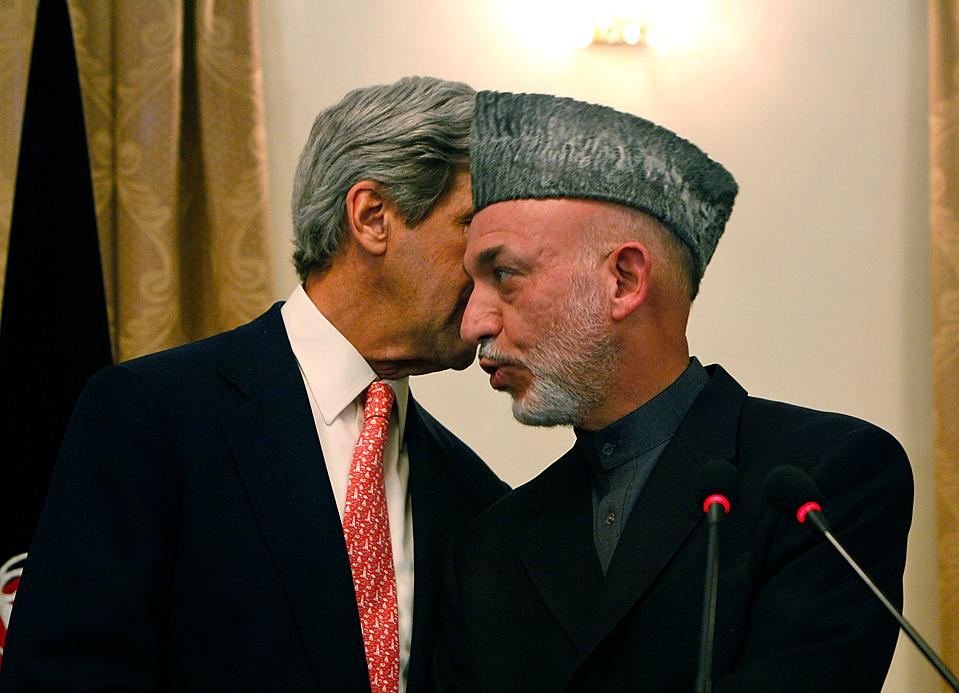 8) Избирательная комиссия Афганистана объявила, что второй тур президентских выборов пройдет 7 ноября. Ранее независимая комиссия, проанализировавшая итоги выборов, пришла к выводу, что Карзай не набрал 50% голосов в первом туре выборов. (Musadeq Садек/Associated Press)
