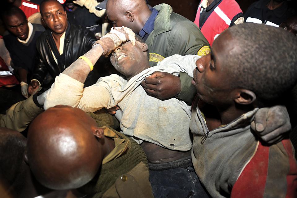 12) Выжившего достают из под завалов рухнувшего трехэтажного здания в Киамбу, Кения. По меньшей мере, шесть человек погибли, 13 были ранены и 14 пропали без вести. По словам экспертов, во всем виноваты безответственные подрядчики. (Riccardo Gangale/Associated Press)
