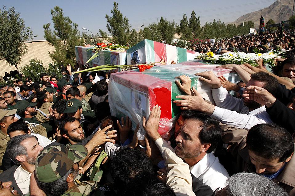 15) Люди несут гробы членов элитной Революционной гвардии, которые были убиты в воскресенье в результате теракта в Иране, во время торжественной церемонии в Тегеране. Иран пообещал отомстить за эти смерти, обвинив США и Великобританию в пособничестве суннитским боевикам. В результате теракта было убито 42 человека. (Vahid Salemi/Associated Press)