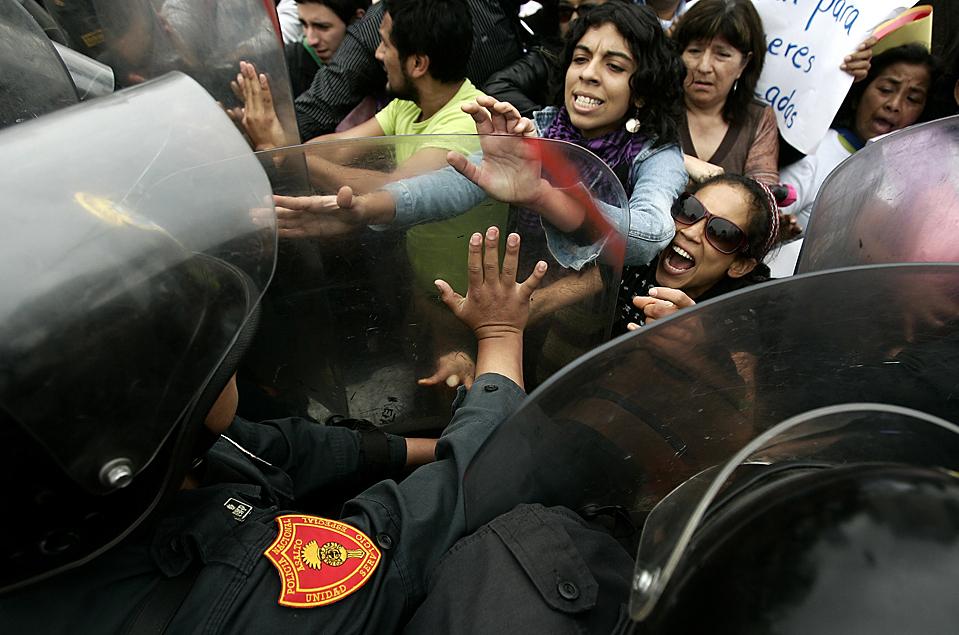 4. Столкновение демонстрантов и полиции в Лиме, Перу, во вторник. Правительство предложило разрешить аборты в случае изнасилования, или если у эмбриона обнаружатся признаки уродства. (Karel Navarro/Associated Press)