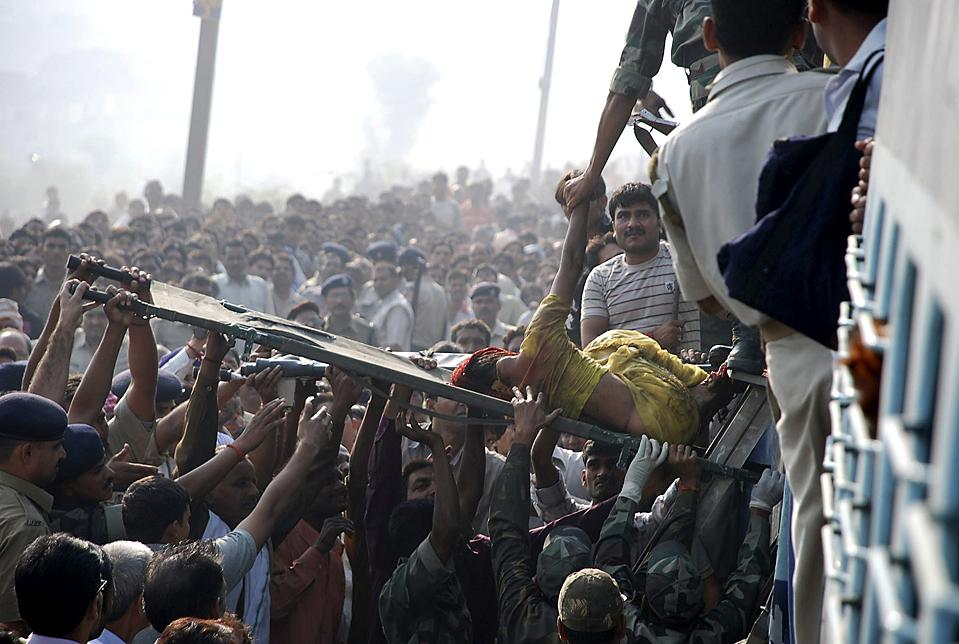 6. Пассажирский поезд столкнулся с задним вагоном другого поезда, предназначавшегося для женщин и инвалидов. В результате погибло 20 человек, еще 16 получили серьезные ранения. Поезд оставался в ловушке несколько часов в среду недалеко от Агры, Индия. (K. K. Arora/Reuters)
