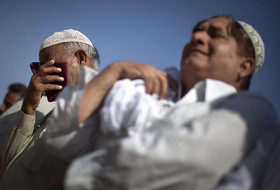 8. Родственники плачут на похоронах 19-летней Сидра Кхалида в Равалпинди, Пакистан, в среду. Девушка погибла во время взрыва бомбы в Международном Исламском университете в Исламабаде во вторник. (Adrees Latif/Reuters)