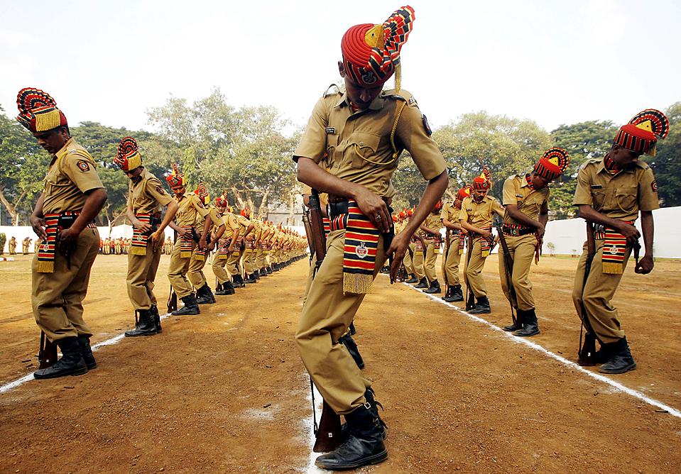 10. Полицейские готовятся выстрелить из пистолетов в память о погибших коллегах в День Поминовения усопших в Мумбаи в среду. В прошлом году при исполнении долга погибло более 800 полицейских. (Arko Datta/Reuters )