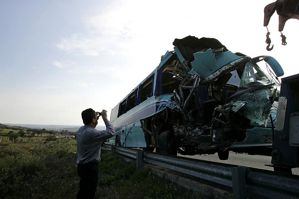 13. Мужчина фотографирует автобус, попавший в аварию в Гвадалахаре, Мексика, во вторник. В автобусе ехала юношеская сборная по футболу, когда тот врезался в грузовик. Погиб врач команды, четырех человек госпитализировали. Несчастный случай находится в стадии расследования. (Carlos Jasso/Associated Press)