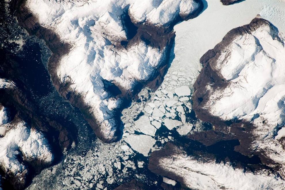 10. Ледники текут вниз по холму южной части Анд в Чили, выпуская свои льды в Тихий Океан через сложную сеть фьордов. Лед сталкивается с айсбергами, этот процесс называется обрушиванием. За процессом на этом снимке, опубликованном 5 октября, наблюдала Международная космическая станция на орбите. (NASA)