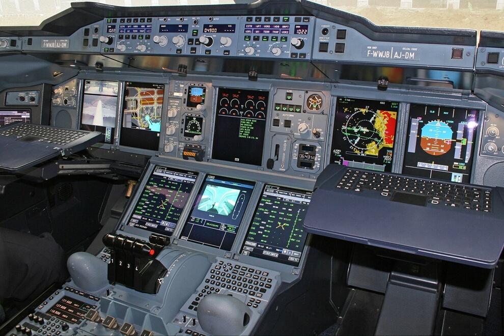 10) Снижение уровня шума являлось важным требованием при проектировании Airbus А380, которое частично отразилось и на конструкции двигателей. Оба типа двигателей удовлетворяют  ограничения  по шумности при прибытии, установленные лондонским аэропортом Хитроу.