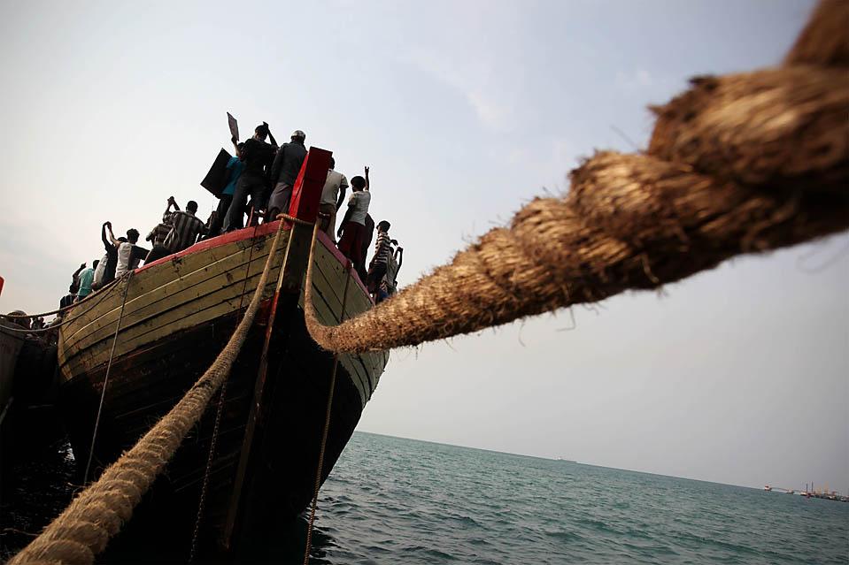 7. 78 беженцев из Шри-Ланки, претендующих на политическое убежище отказались сойти с судна на индонезийском острове Бинтан. Австралийская береговая охрана спасла мигрантов 11 дней назад; они требуют, чтобы их отправили в Австралию. (Ulet Ifansasti/Getty Images)