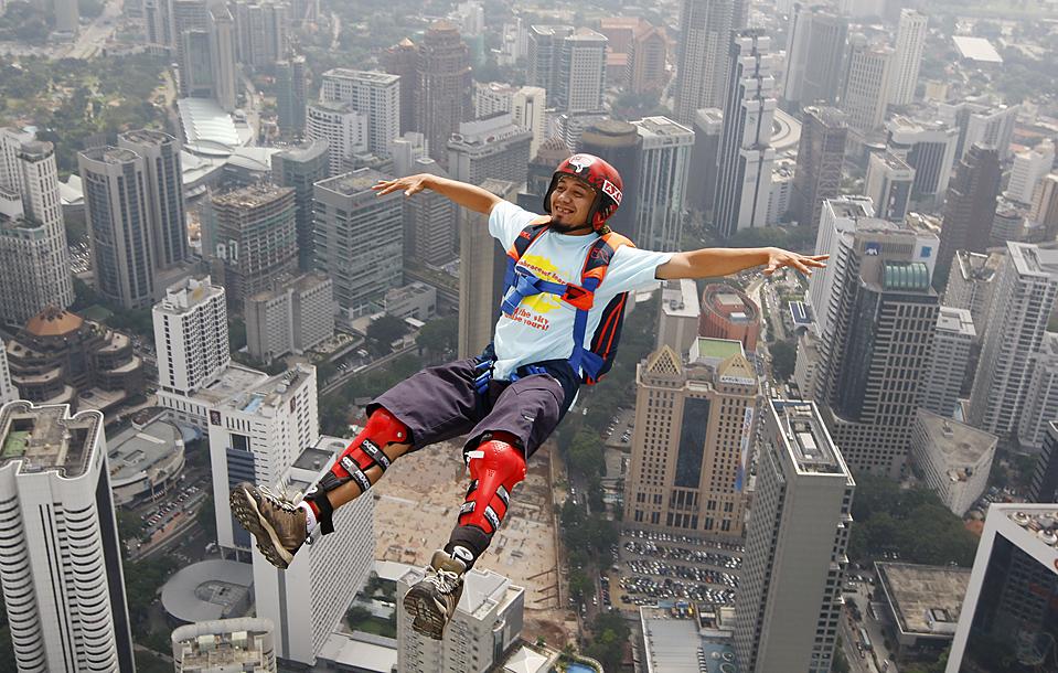 15. Бейсджампер спрыгнул с башни Куала-Лумпур в Малайзии. Группы бейсджамперов пыталась установить мировой рекорд – каждый час в течение суток с телебашни спрыгивал один бейсджампер. (Mark Baker/Associated Press)