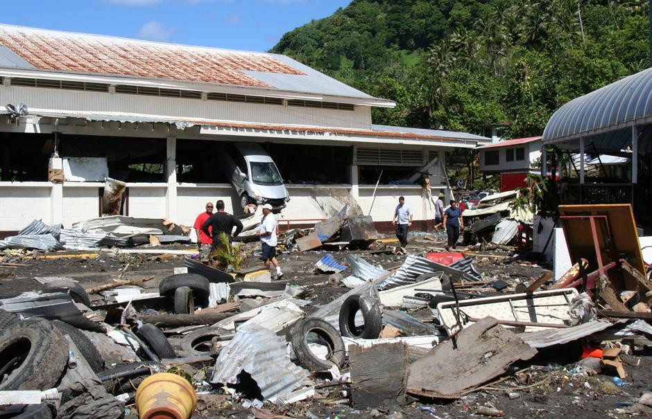 """11) После того, как цунами, вызванное мощным землетрясением на островах Самоа, прокатилось по прибрежным районам, вызвав разрушения и гибель людей, президент США Барак Обама признал Американское Самоа """"зоной стихийного бедствия"""". Снимок сделан в Паго-Паго, на Американском Самоа."""