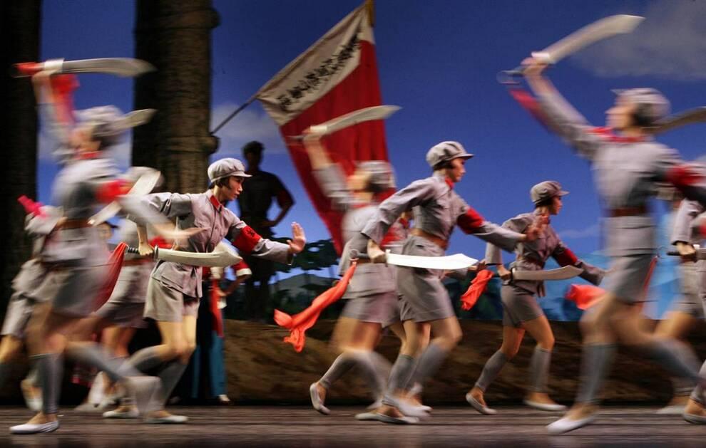 """11) Танцоры из Национального балета Китая исполняет балет """"Красный женский отряд"""" в Большом театр Танга в Тяньцзине, накануне празднования 60-летия КНР. (Jason Lee/Reuters)"""