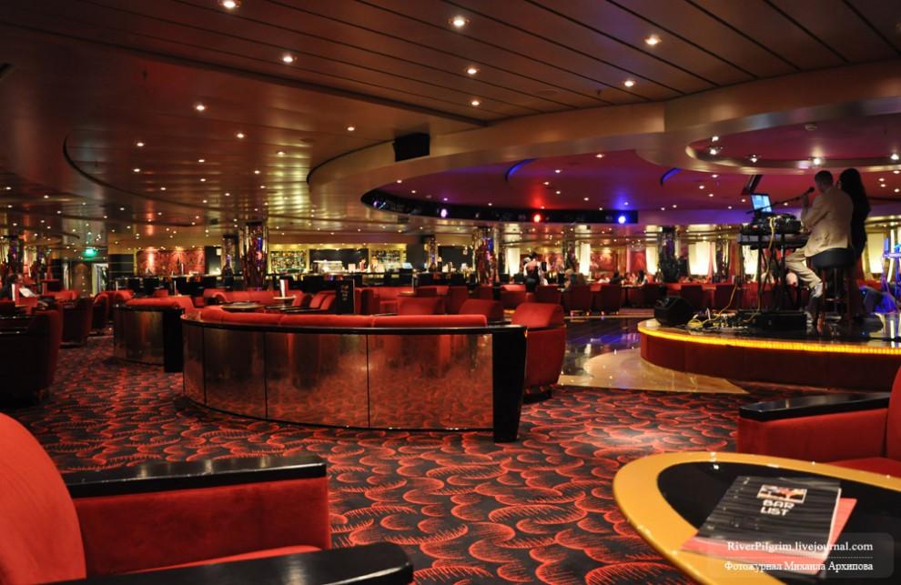 """11) Бар """"Лагуна"""" - единственный внутренний бар, где разрешено курение. В качестве других мест упоминавшаяся выше комната, а также места на 6-й прогулочной и на 13-й палубах. В других местах курение строжайше запрещено, в том числе и в каютах и на балконах."""