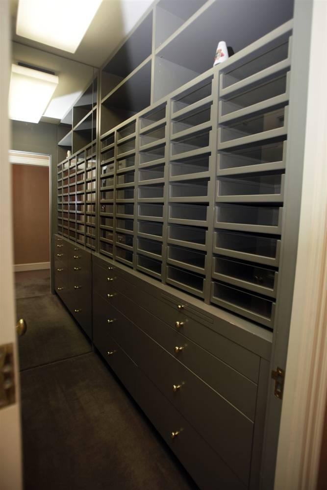 11.Один из трех больших стенных шкафов, расположенных в доме Мэдоффа. Только в нем было найдено около 50-ти деловых костюмов и бесчисленное множество пар туфель.