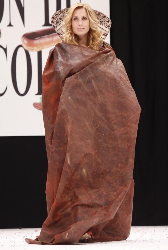 11. Певица Лара Фабиан в платье из шоколада на открытии 15-ого ежегодного события «Salon du Chocolat de Paris» в Париже 13 октября 2009 года. (UPI Photo/David Silpa)
