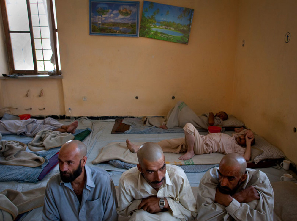 11) Наркоманы, проходящие программу по детоксикации Вадан, сидят в одной из комнат центра реабилитации наркоманов в Кабуле  28 сентября. (Paula Bronstein/Getty Images)