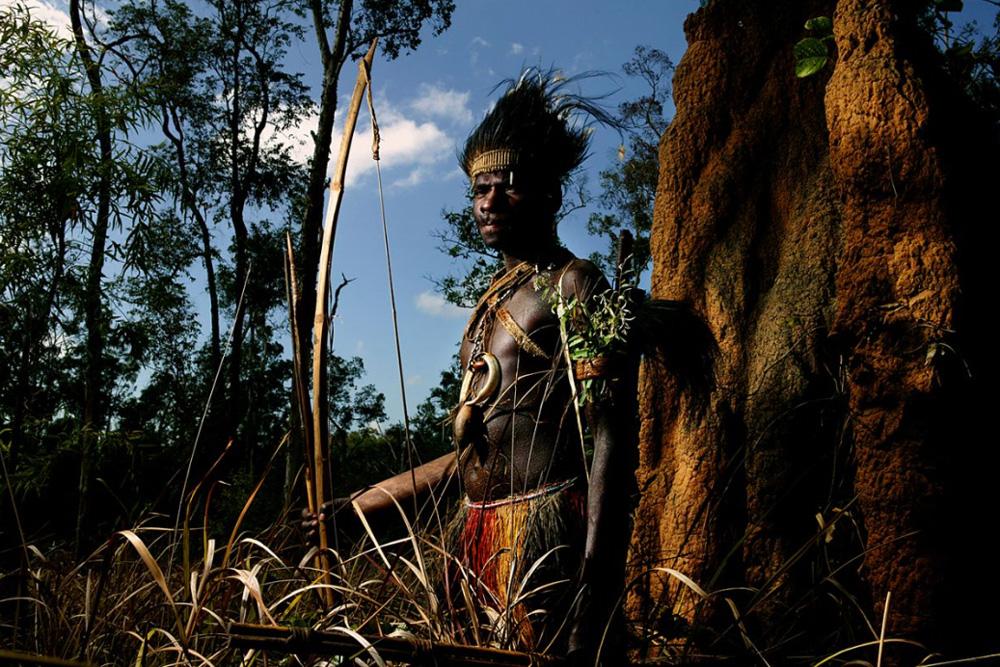 11. Местный народ с реки Флай — отдаленного региона Папуа — Новой Гвинеи, где стиль жизни также выходит от отношений между людьми и природой. (Brent Stirton/Getty Images)