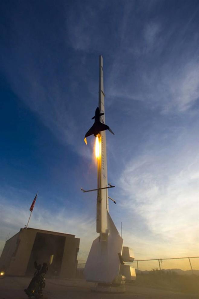 11. Прототип автономной ракеты компании «Lockheed Martin» взбирается по рельсам к пусковой установке на космодроме в Нью-Мехико в августе 2008 года. Компания «Lockheed» мало что говорит о разработках из-за боязни кражи прав, но запуск ракеты 10 октября был успешным. (Lockheed Martin Space Systems Company)
