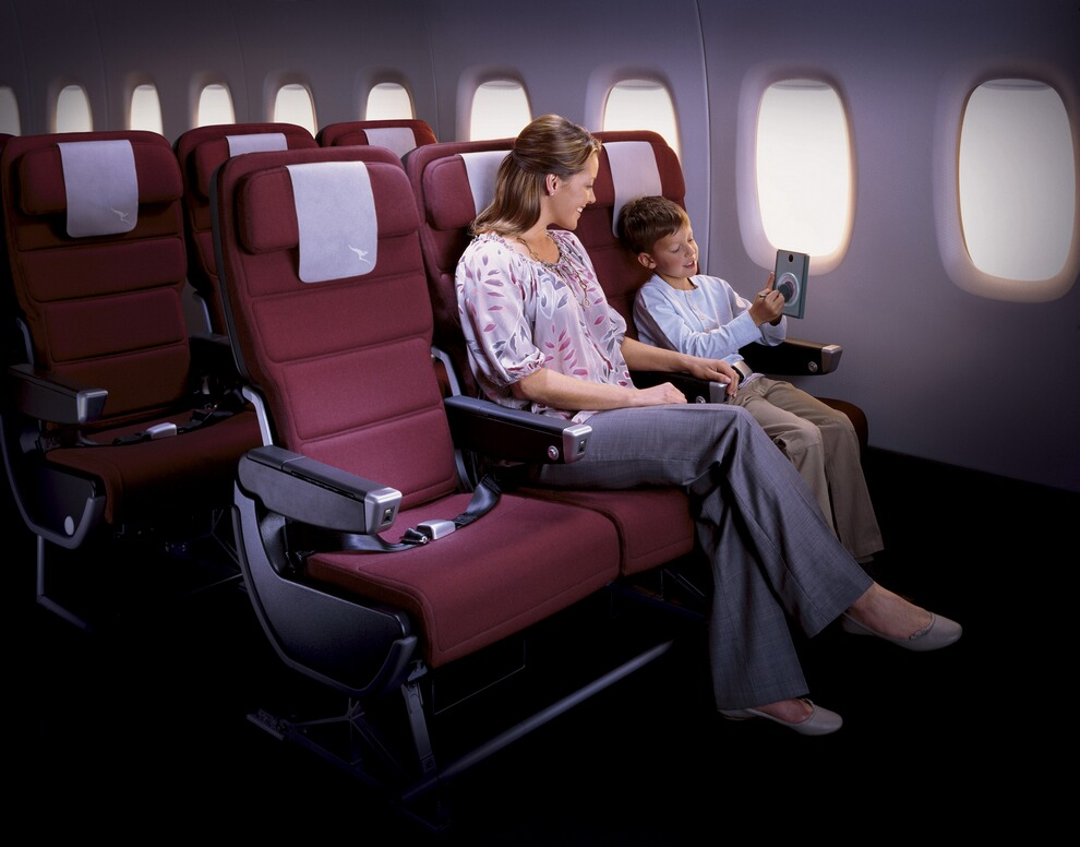 11) Уровень шума в кабине Airbus А380 на 50 процентов меньше, чем у Boeing 747. Также внутри самолёта поддерживается более высокое давление воздуха. Оба этих фактора предположительно будут способствовать уменьшению утомляемости пассажиров при путешествии.