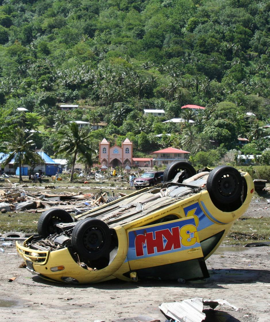 12) Разрушительная стихия, обрушившаяся на тихоокеанские острова Самоа во вторник и среду, напомнила миру о другой трагедии, произошедшей в конце декабря 2004 года. Снимок сделан в Паго-Паго, на Американском Самоа.