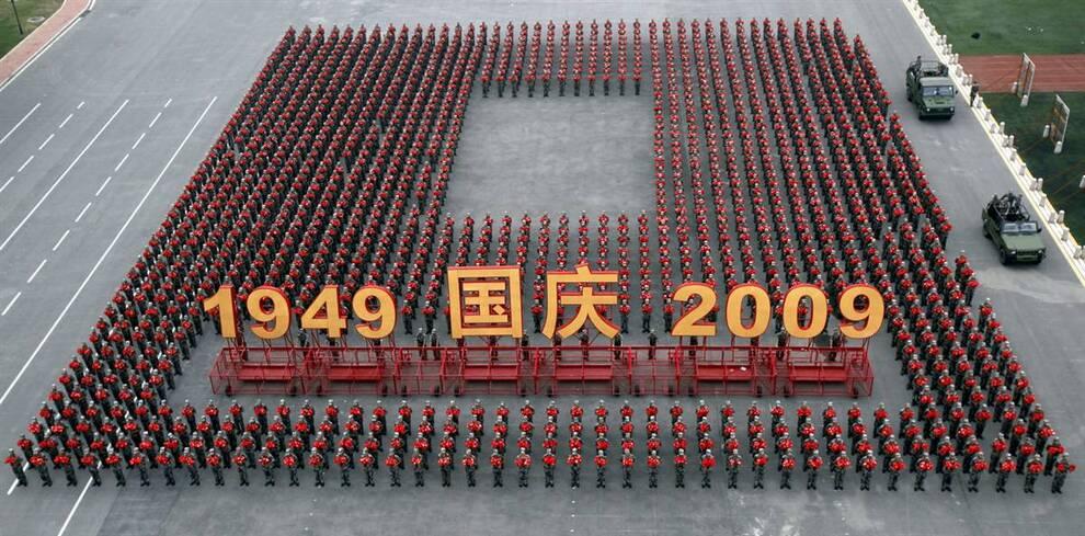 12) Масштабный парад приуроченный к празднованию 60-летния КНР в первую очередь – это возможность для демонстрации военного могущества страны. Кроме того, был запланирован «гражданский парад», в котором приняли участие около 100 тысяч человек и 60 платформ. На снимке – военные проводят репетицию перед официальным парадом на окраине Пекина. (Paul Zhang/Reuters)