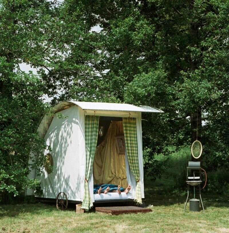 2) Жиль Эберсоль, архитектор, с женой во французском регионе Лимузен. Во время каникул к ним нагрянули дети, и поэтому Жиль решил соорудить эту комнату на колесах.