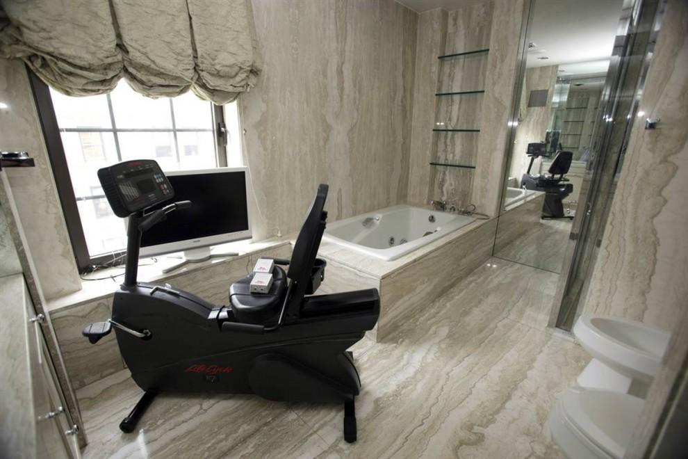 12.Ванная комната в пентхаусе Мэдоффа с белым мраморным полом, биде и телевизором с плоским экраном.