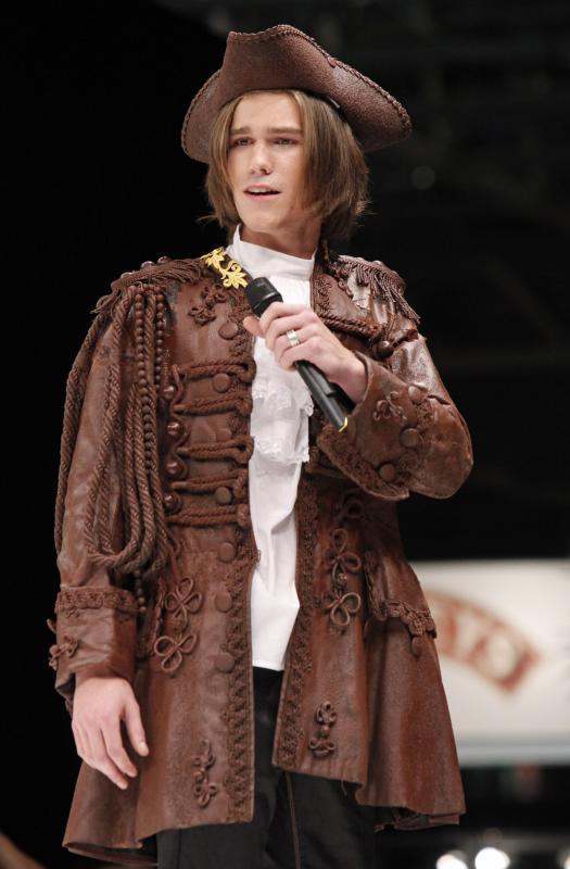 12. Оперный певец Амори Вассили в костюме из шоколада на открытии 15-ого ежегодного события «Salon du Chocolat de Paris» в Париже 13 октября 2009 года. (UPI Photo/David Silpa)