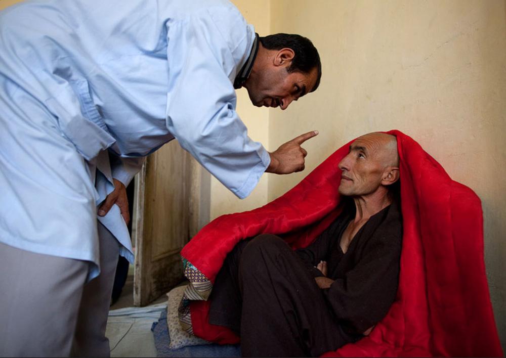 12) Доктор дает советы новым пациентам, начинающим программу детоксикации Неджат в центре реабилитации наркоманов 27 сентября. (Paula Bronstein/Getty Images)