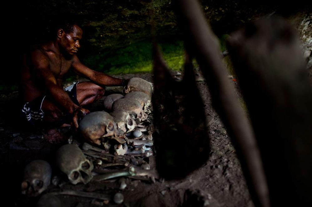 12. Племя Каравари, обитающее в центре реки Сепик, 15 декабря 2008 года. Каравари — самое отдаленное племя, обитающее в пойме реки. Многие деревни расположены вдоль реки. Самое последнее поселение датируется 1996 годам. (Brent Stirton/Getty Images)