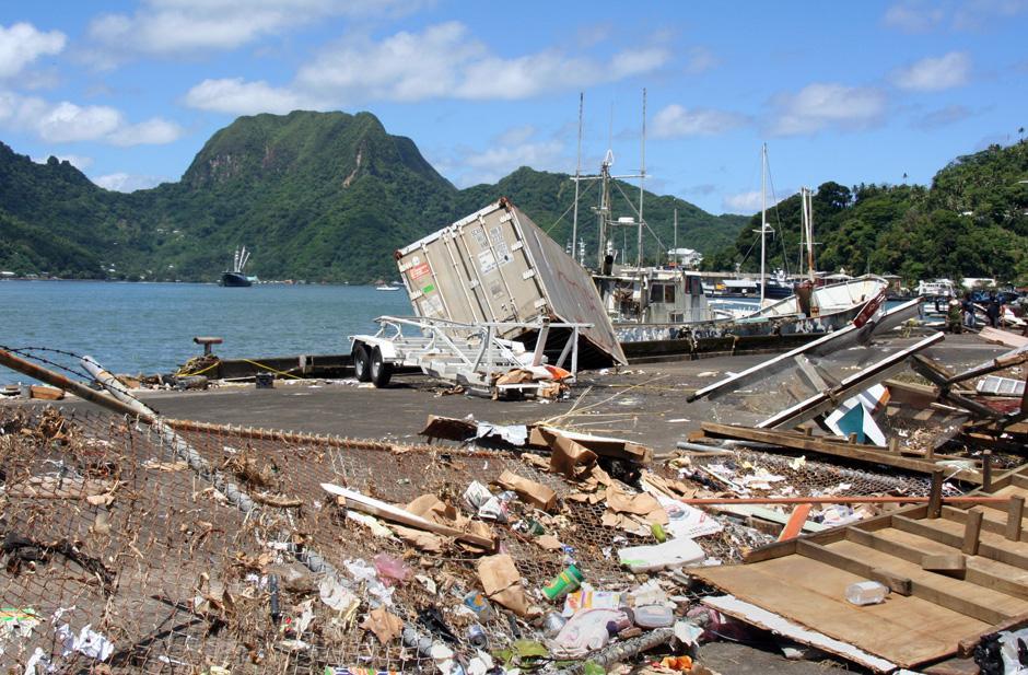 13) ООН обязалась направить миссию по чрезвычайным ситуациям в Западное Самоа для оценки ущерба. Снимок сделан в Паго-Паго, на Американском Самоа.